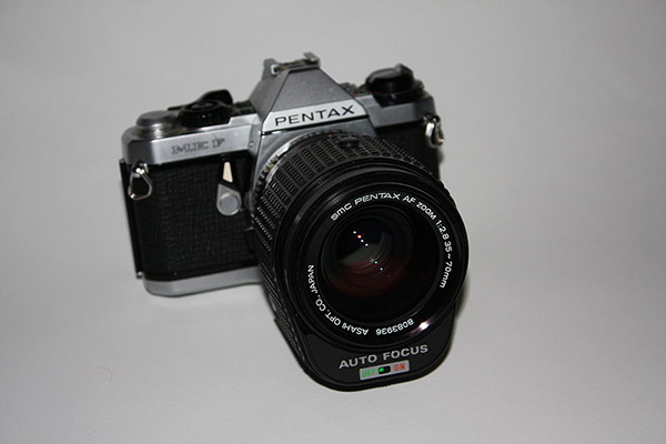The 1981 Pentax ME-F with SMC Pentax AF Zoom 1:2.8 35~70mm lens. (Source)